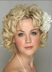 pretty curly bridal hairstyle phto.jpg