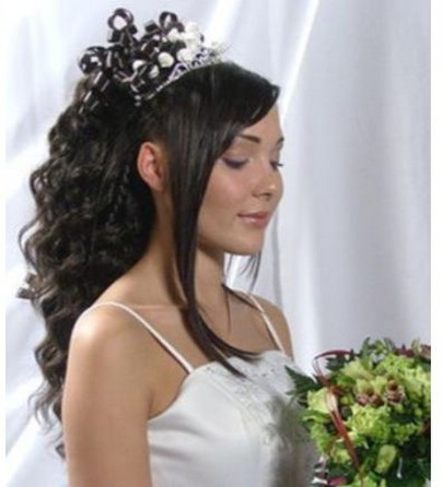 curly wedding hairstyle with big tiara.jpg