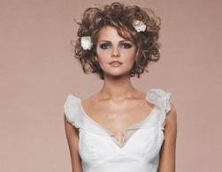 Curly wedding hairstyle with flowers_short wedding hair