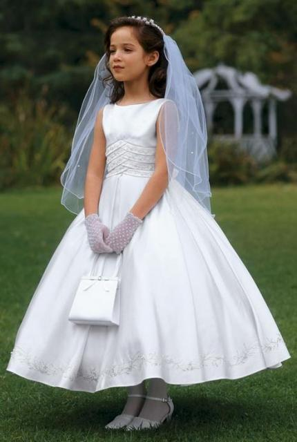 Big girl flower girl with veil and tierra looking beautiful like a little bride herself.JPG