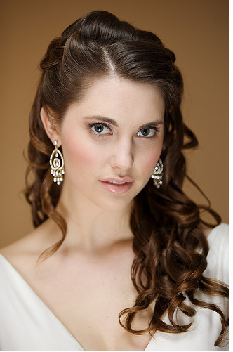 Brunette curly bride hairdo picture.PNG