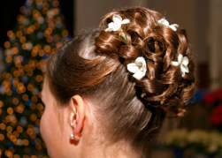 Bridal hairstyle with curls and small white flowers photos.PNG