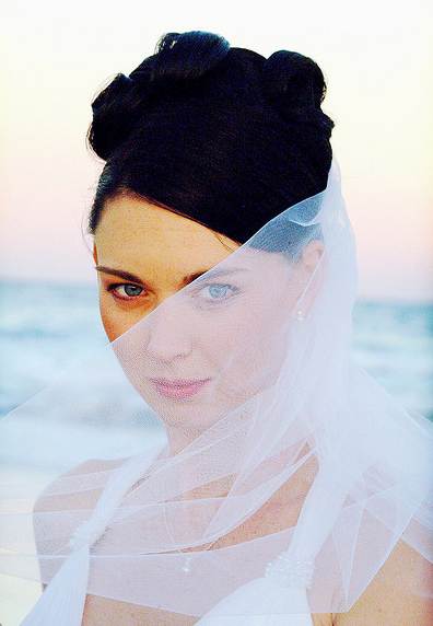 Beautiful picture of bride hairstyle with rolls and veil.PNG