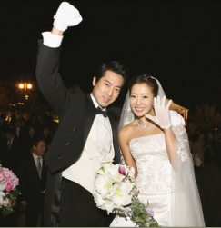 Korean celebrity Kim Hee-sun wedding pictures.PNG