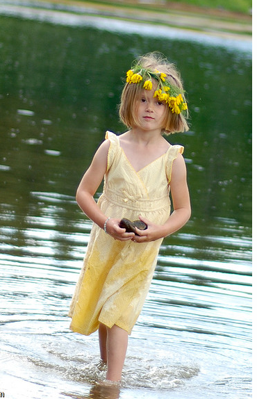 Picture of Flower girl w/ yellow floral headband