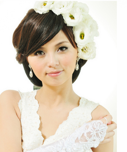 Photo of fashionable Asian wedding hairstyle w/ white fresh flowers ...