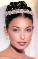 bride hair with veil and pearl head band.jpg