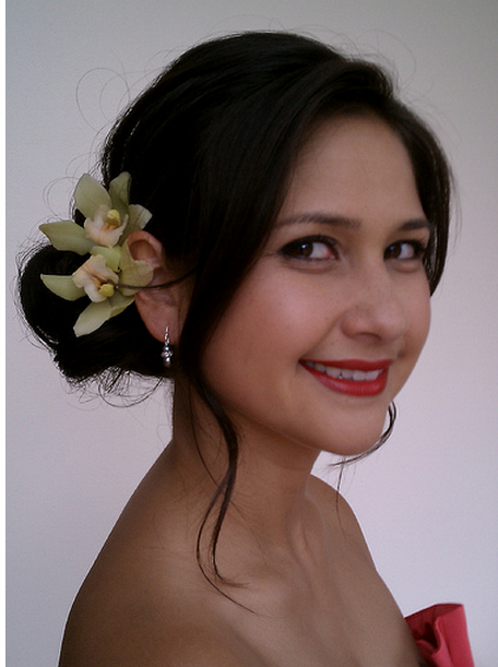 Simple bride hairstyle with fresh tropical flowers in light yellowish green.PNG